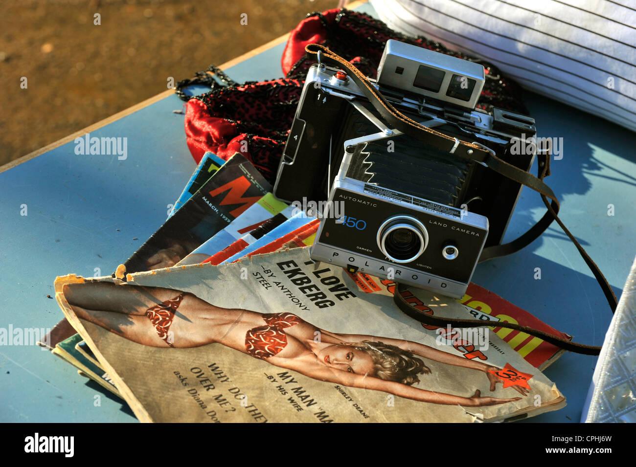 De vieux souvenirs à vendre à une vente de garage Photo Stock