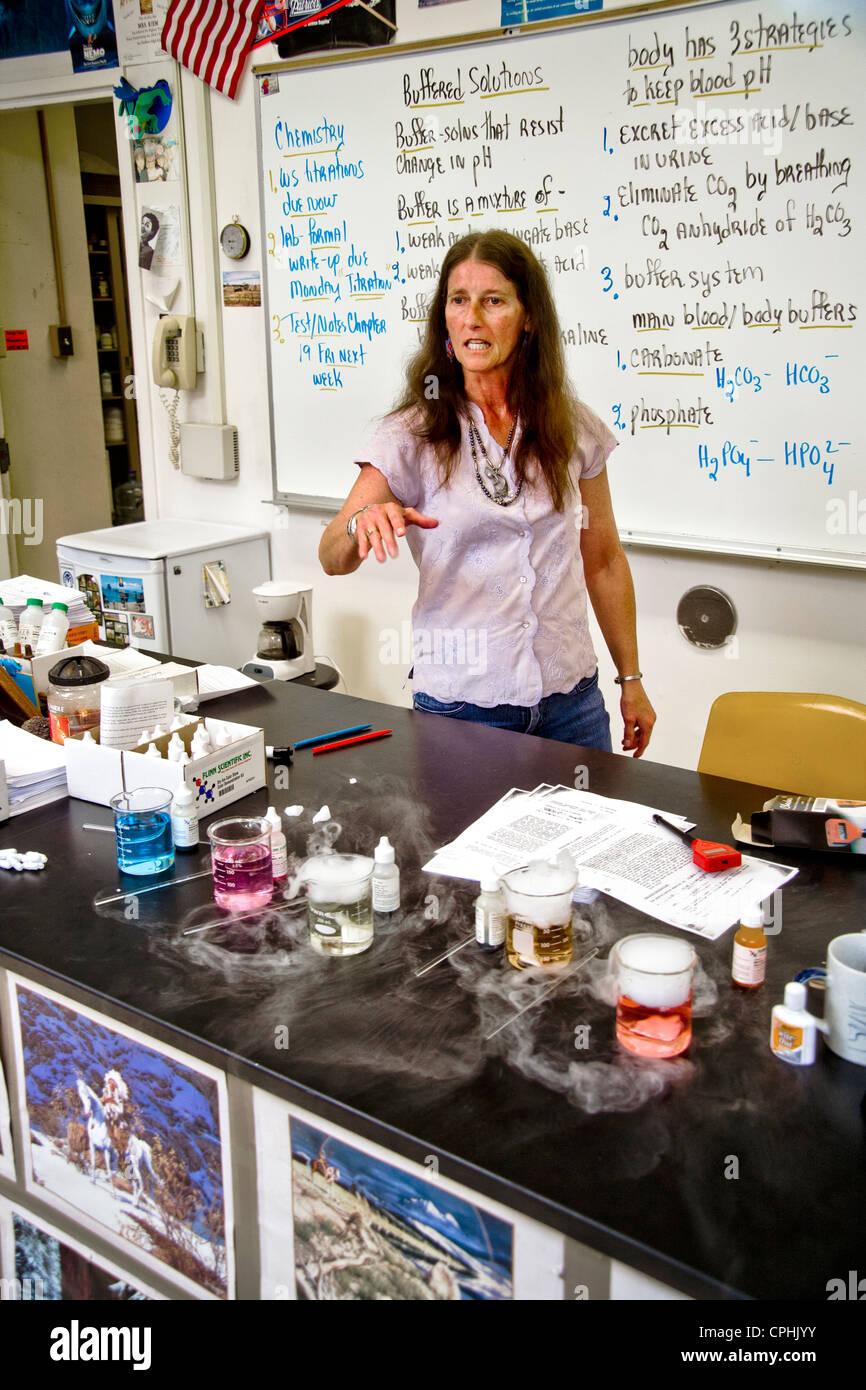 Un diplôme d'enseignant de chimie à San Clemente, CA, démontre l'interaction de l'acide Photo Stock