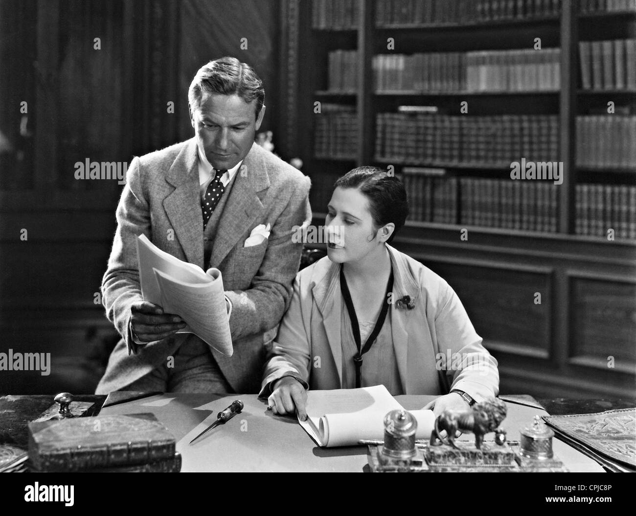 Victor Fleming et Anne Nichols dans une discussion, 1929 Photo Stock