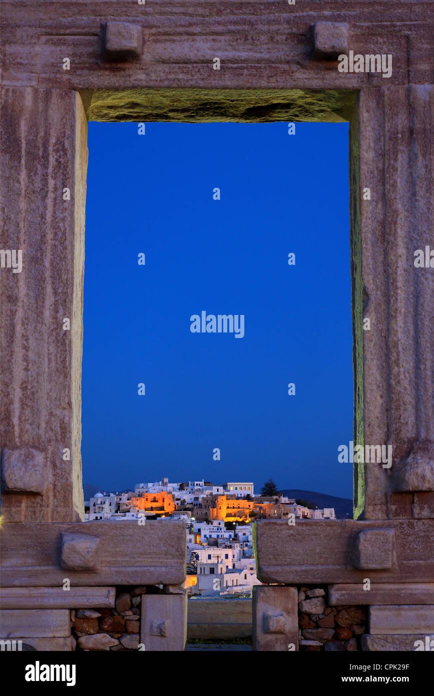 """Le temple d'Apollon (Portara) et la Chora ('capital"""") de l'île de Naxos en arrière-plan. Cyclades, Grèce Banque D'Images"""