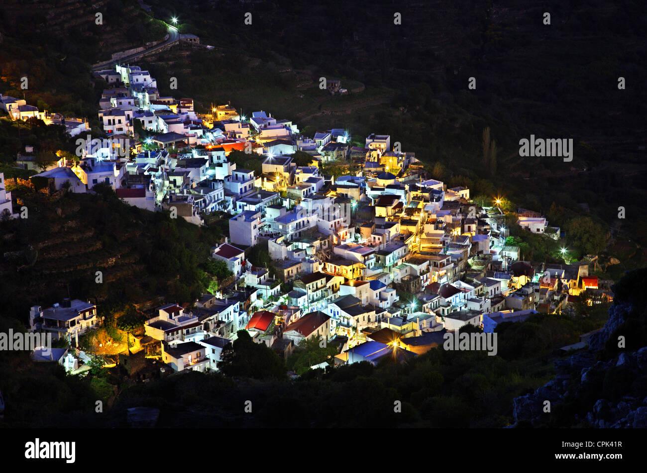 Vue de la nuit de Koronos village, l'un des plus beaux villages de montagne de l'île de Naxos, Cyclades, Photo Stock
