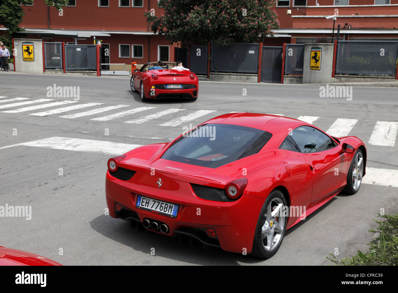 Rouge Ferrari 458 voitures & PORTES D'USINE MARANELLO ITALIE 08 Mai 2012 Photo Stock