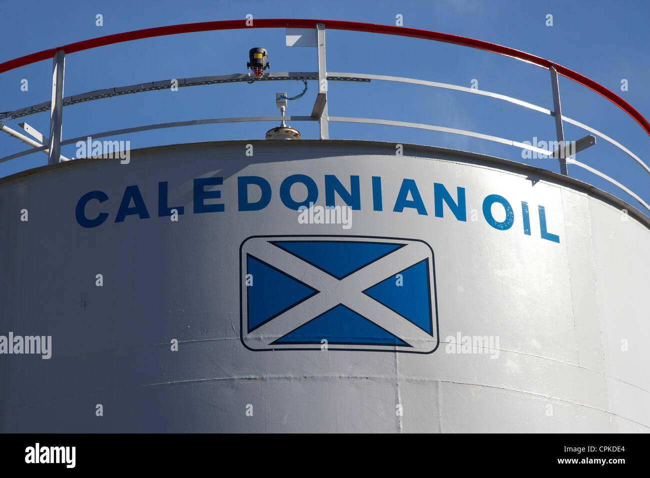 L'huile à chauffage huile calédonien de conteneurs de stockage en Ecosse oban Photo Stock