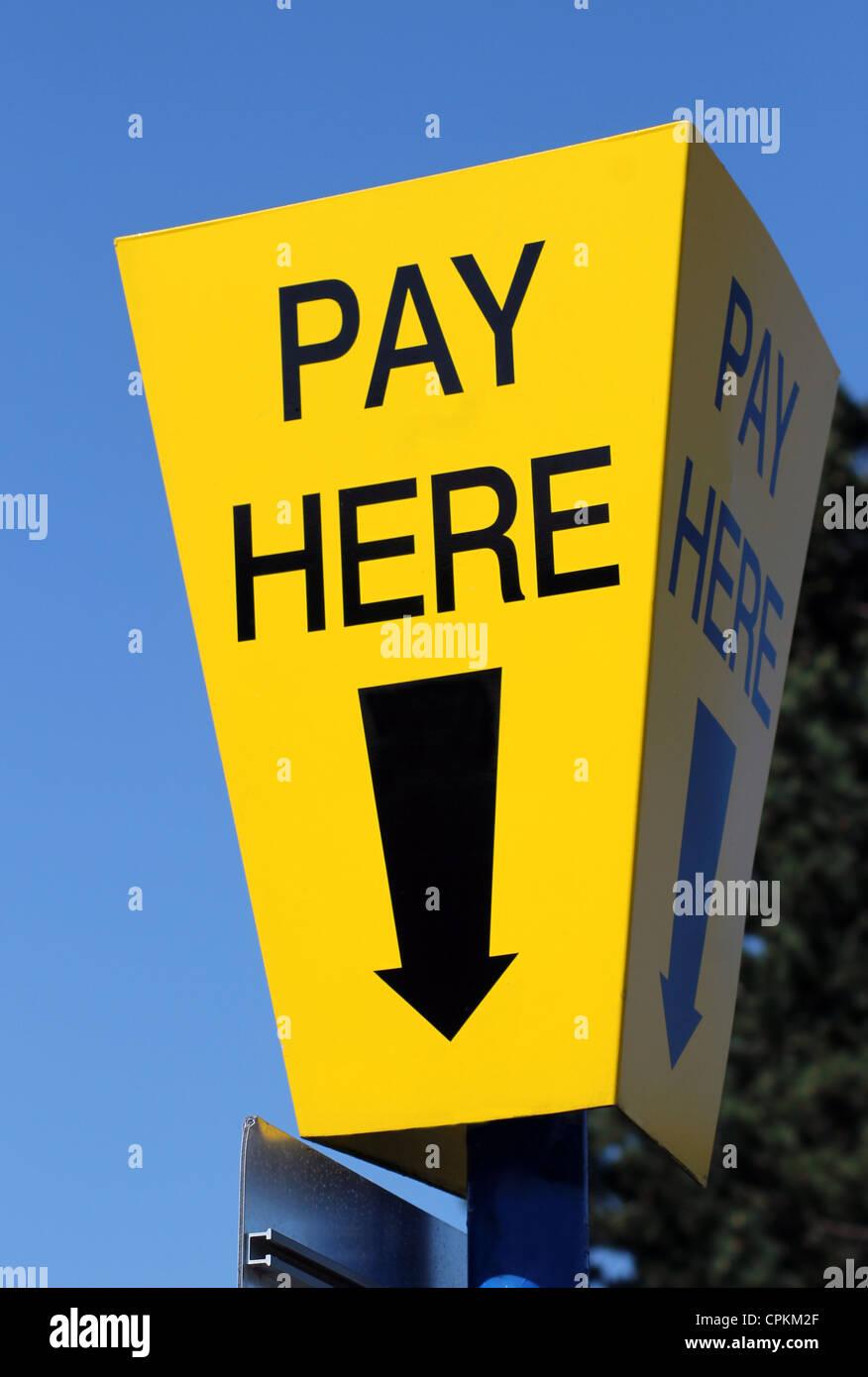 Parking voiture jaune payer ici signer avec fond de ciel bleu et de flèche directionnelle. Photo Stock