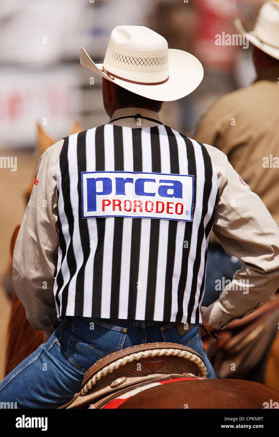 Professional Rodeo Cowboys Association officielles à la la 90th Annual Black Hills Roundup rodeo à Belle Fourche, Dakota du Sud. Banque D'Images