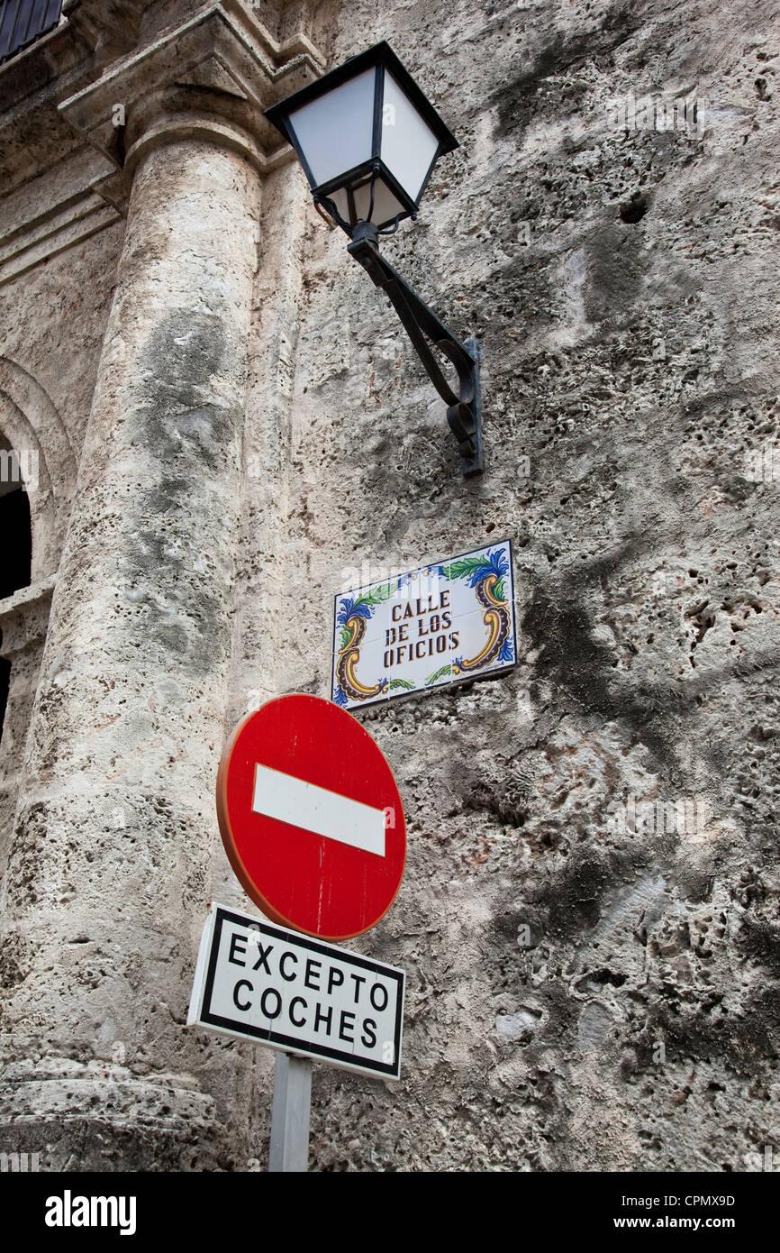 Plaque de rue moderne sur la Calle de los Oficios Vieille Havane Cuba Banque D'Images