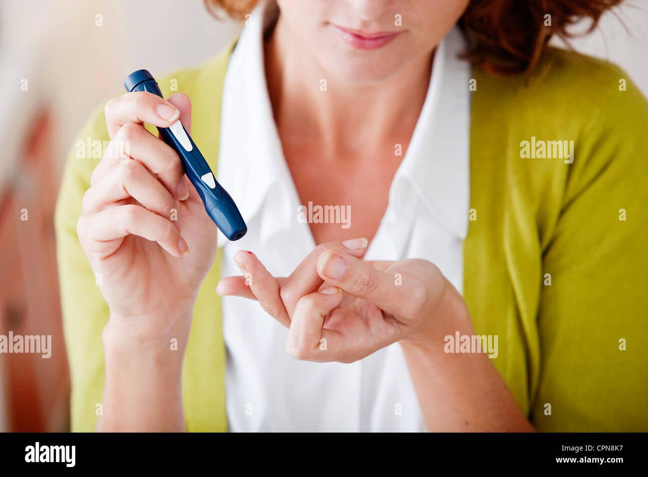 TEST POUR LE DIABÈTE, femme Photo Stock
