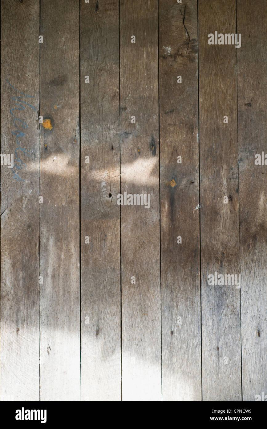 La lumière du soleil sur le mur en bois Photo Stock
