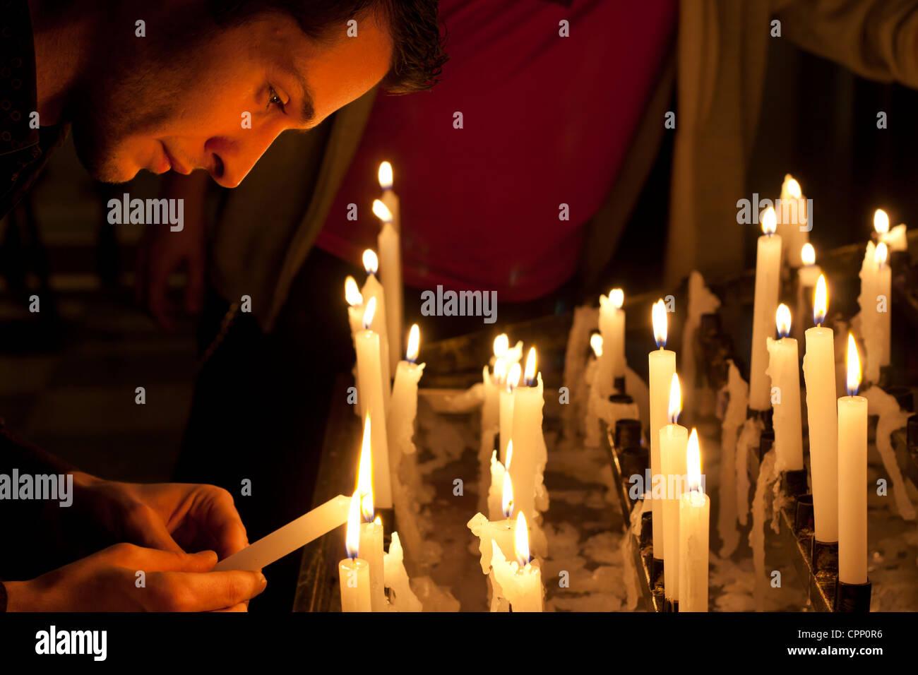La prière dans l'église et des bougies Photo Stock