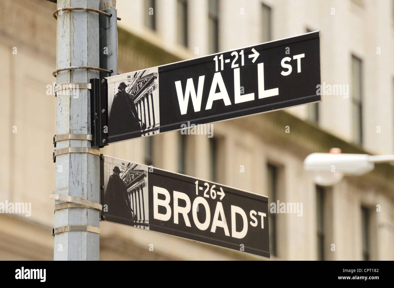 Plaque de rue pour Wall Street et Broad Street, le coeur du quartier financier de la ville de New York. Photo Stock