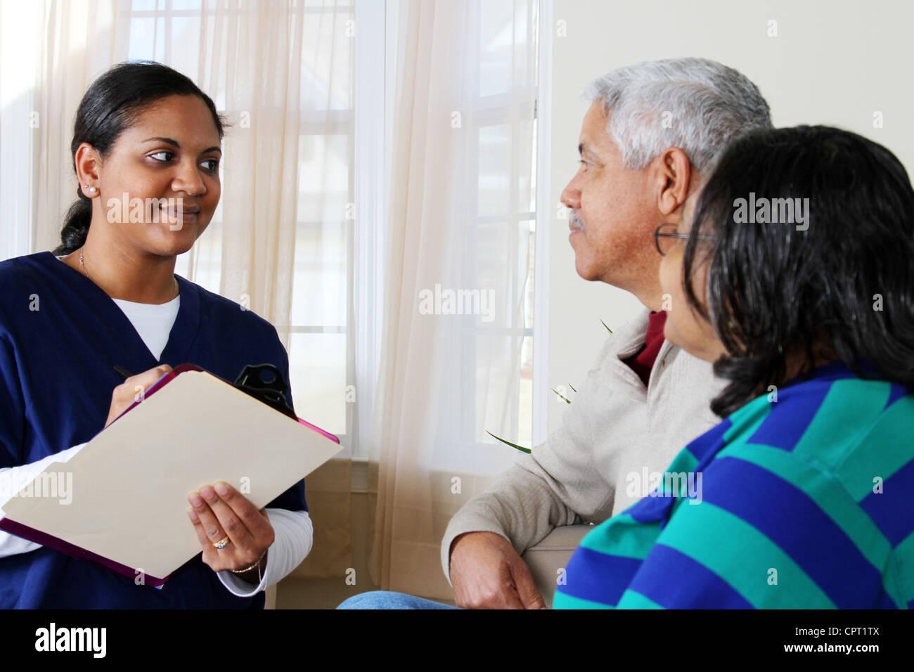 Accueil Soins de santé travailleur et un couple de personnes âgées Photo Stock