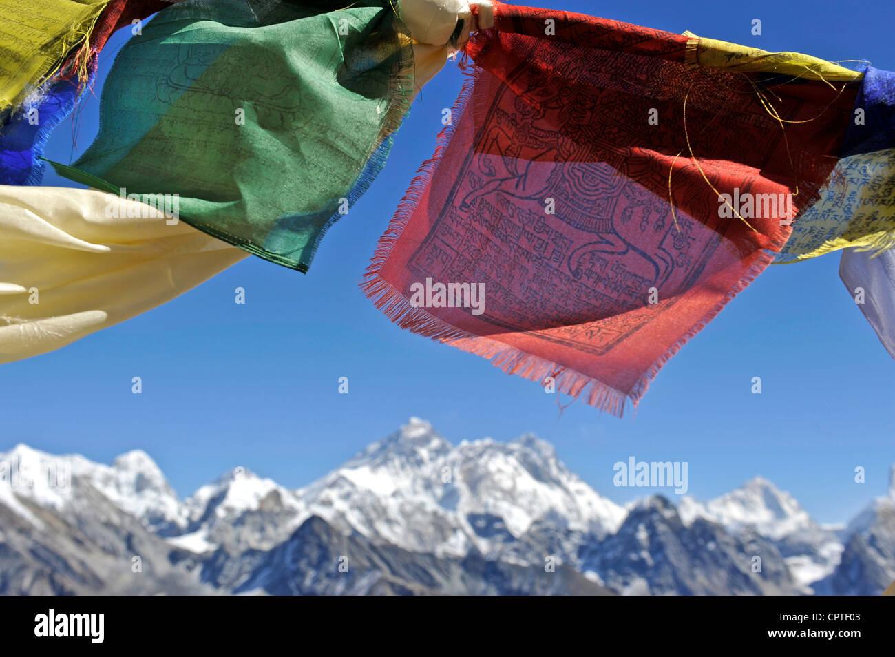 Drapeaux de prière tibetains avec vue sur le massif de l'Everest Népal Renjo La, Photo Stock
