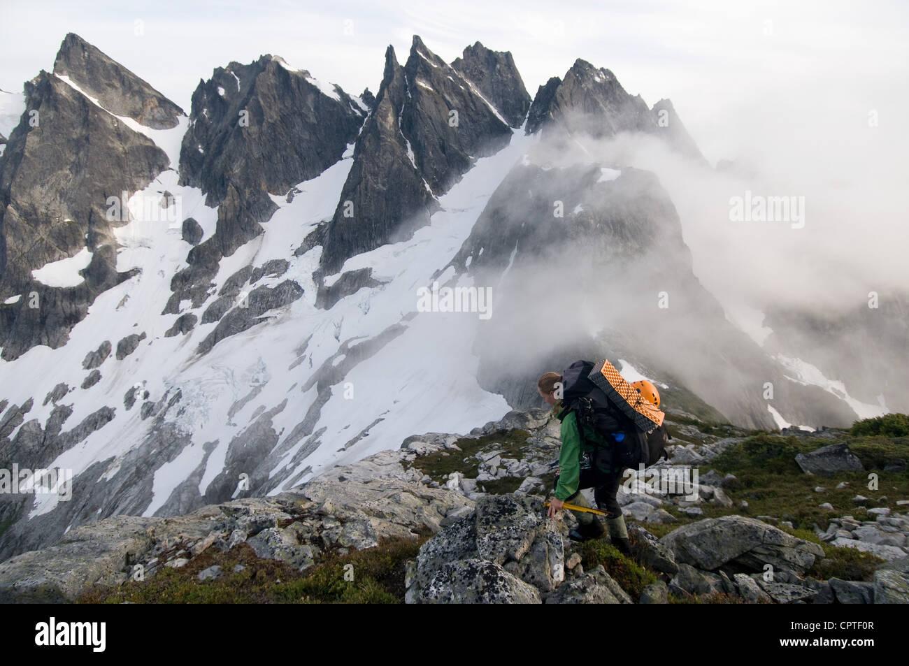 Femme backpacker sur ridge avec brouillard, Col de piquetage, North Cascades National Park, Washington, États Photo Stock