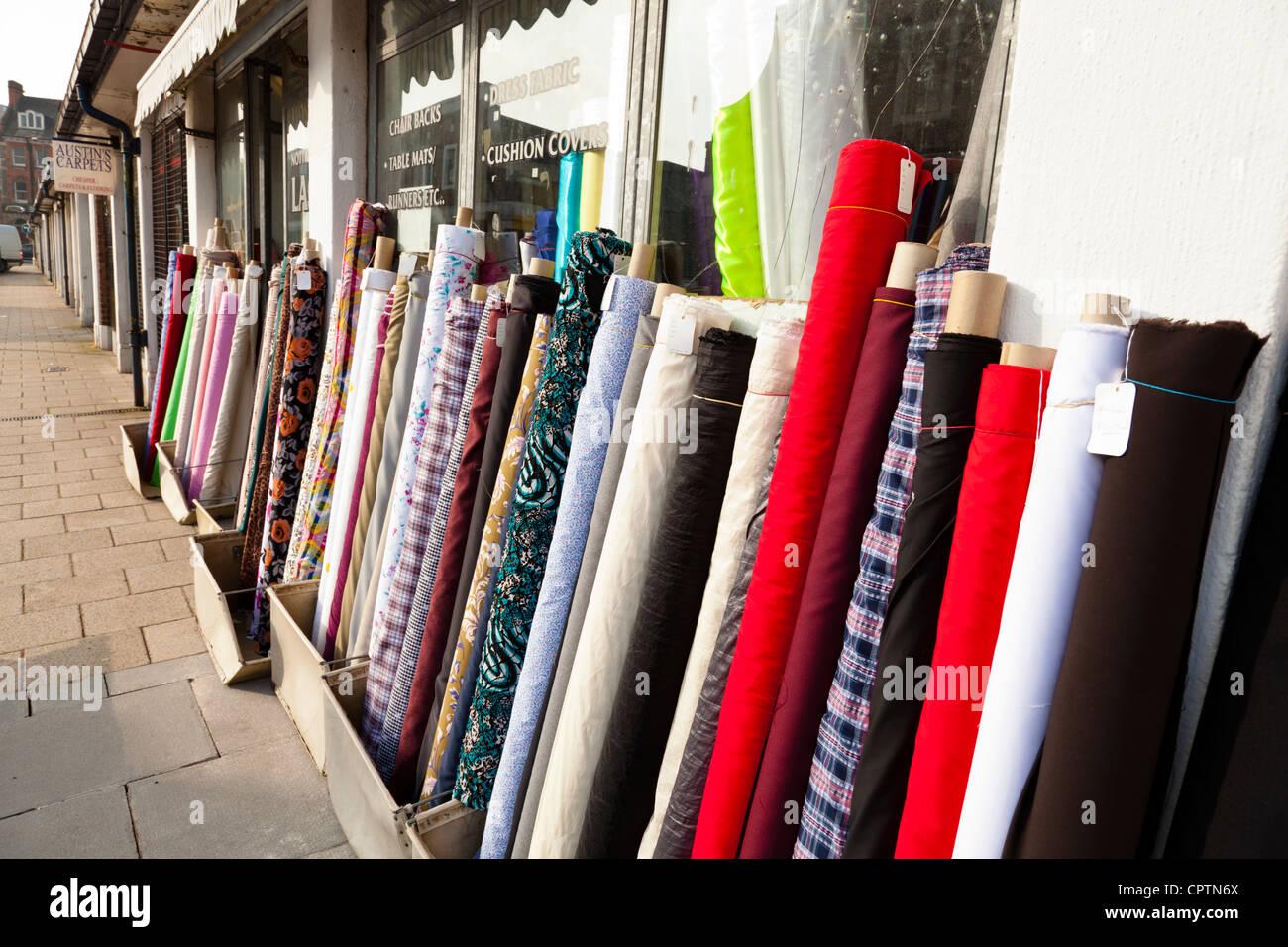 La mercerie boutique avec des rouleaux de tissu et de matériel à l'extérieur, marché Sneinton, Photo Stock