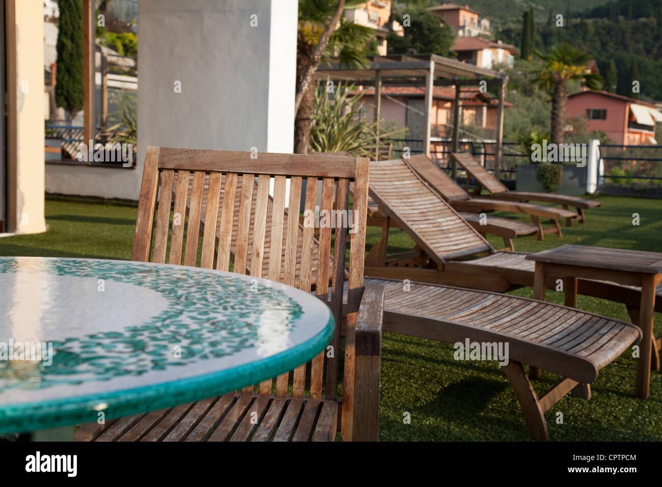 Gazon Synthetique Sur Terrasse Bois des chaises longues en bois sur le gazon artificiel de