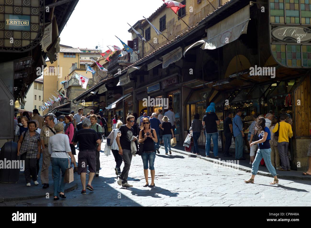 Les touristes et les habitants sur le Ponte Vecchio côté nord de l'Arno, Florence, Toscane, Italie Photo Stock