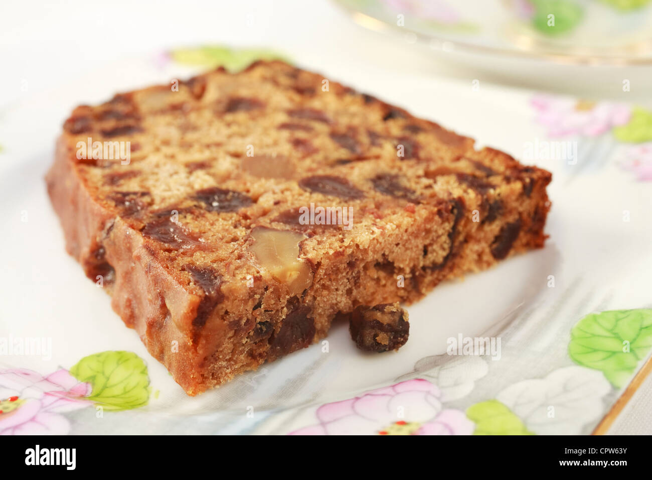 Un gâteau de fruit avec des noix qui ne contient pas de matières grasses, connu sous le nom de thé Photo Stock