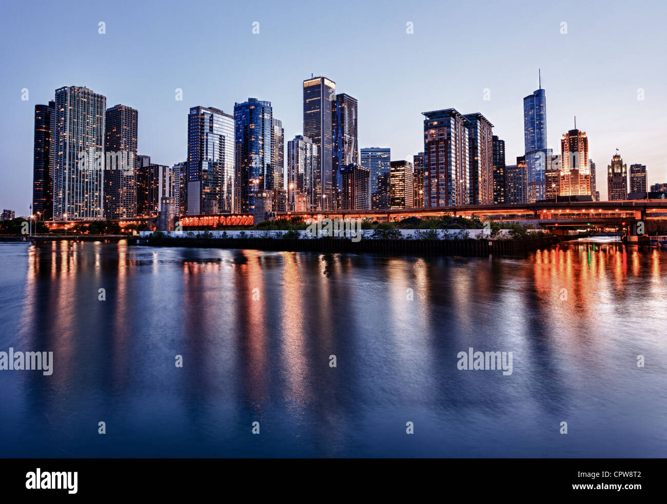 Chicago skyline - à partir de la jetée de la Marine au coucher du soleil, Chicago, Illinois, USA Photo Stock