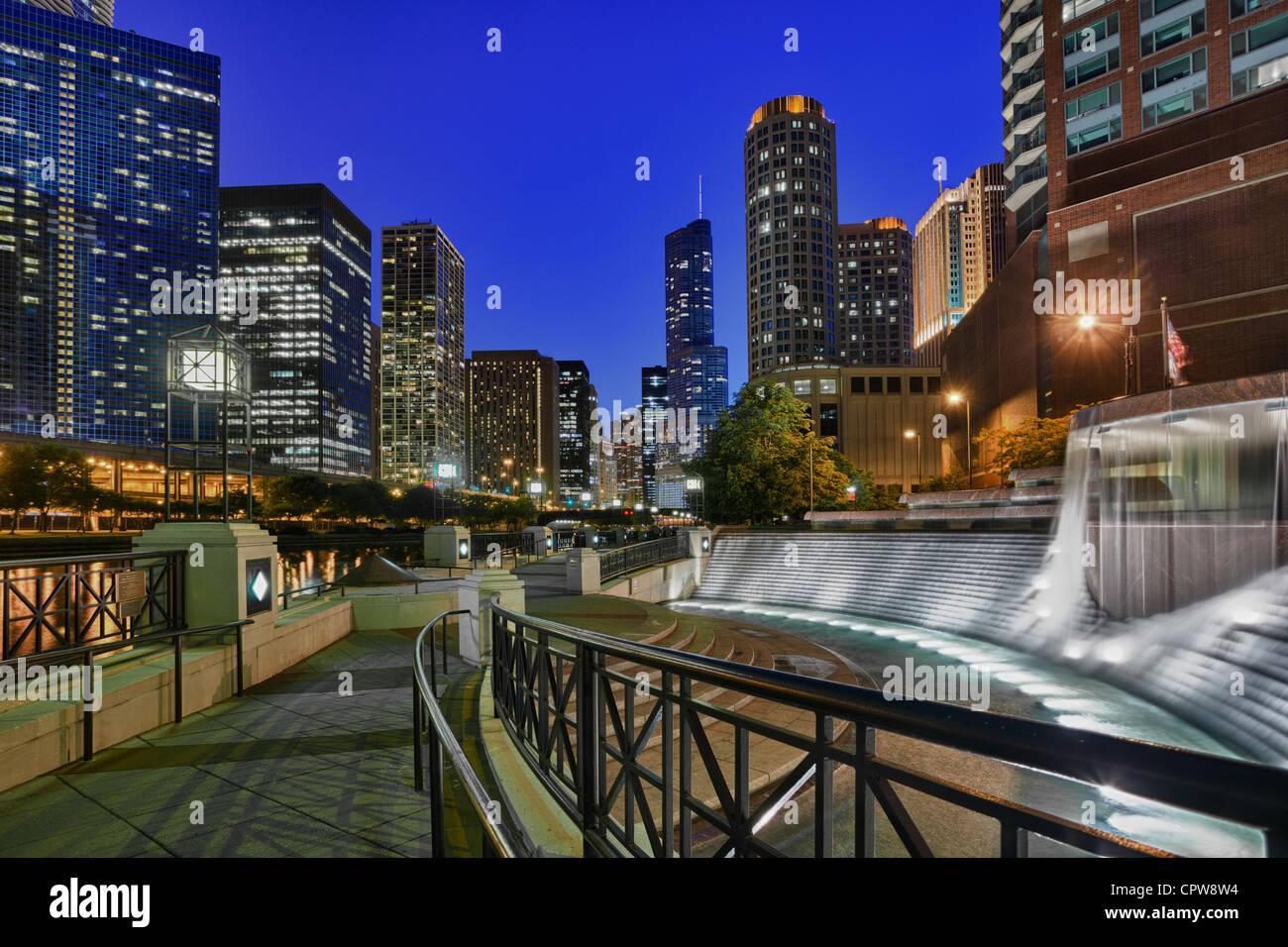 La ville de Chicago, courts de Nicholas J Melas Fontaine du Centenaire et la promenade sur la rivière Chicago Photo Stock