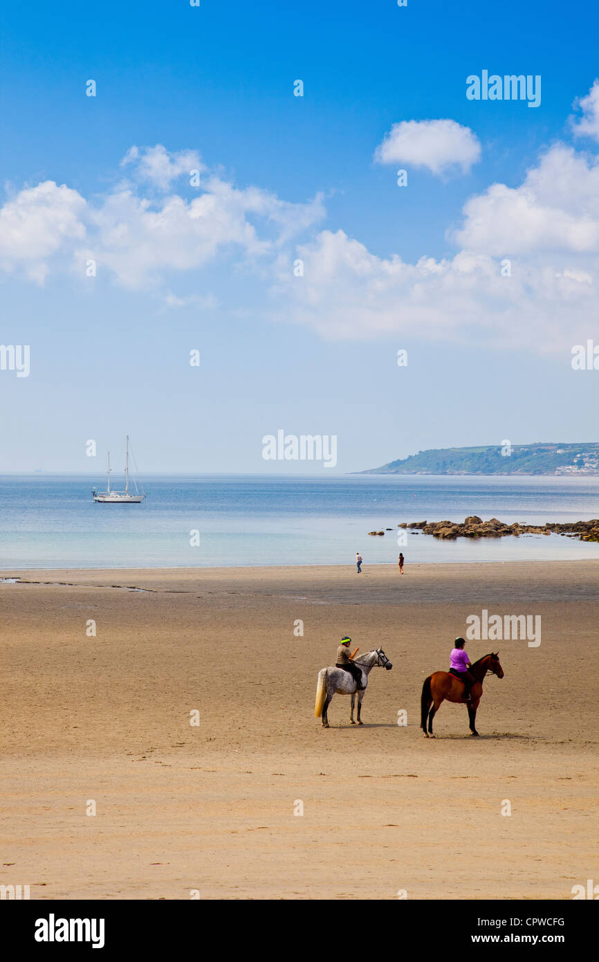Les cavaliers sur la plage de Mount s Bay à Cornwall Marazion England UK  Photo Stock 2cd5bd45c00f