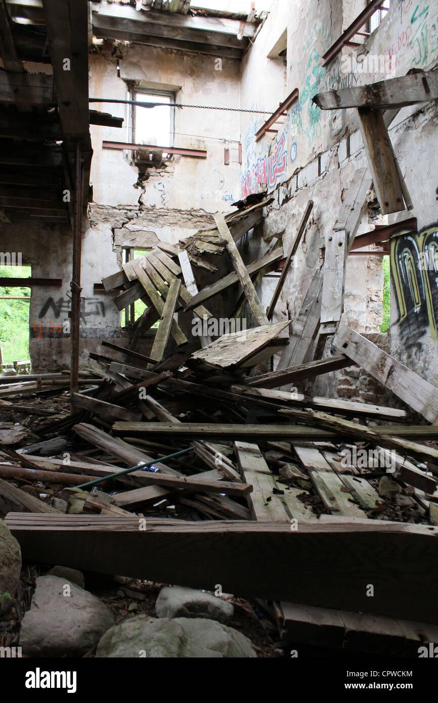 Démolition d'abandonner une ancienne usine industrielle d'entrepôt Photo Stock