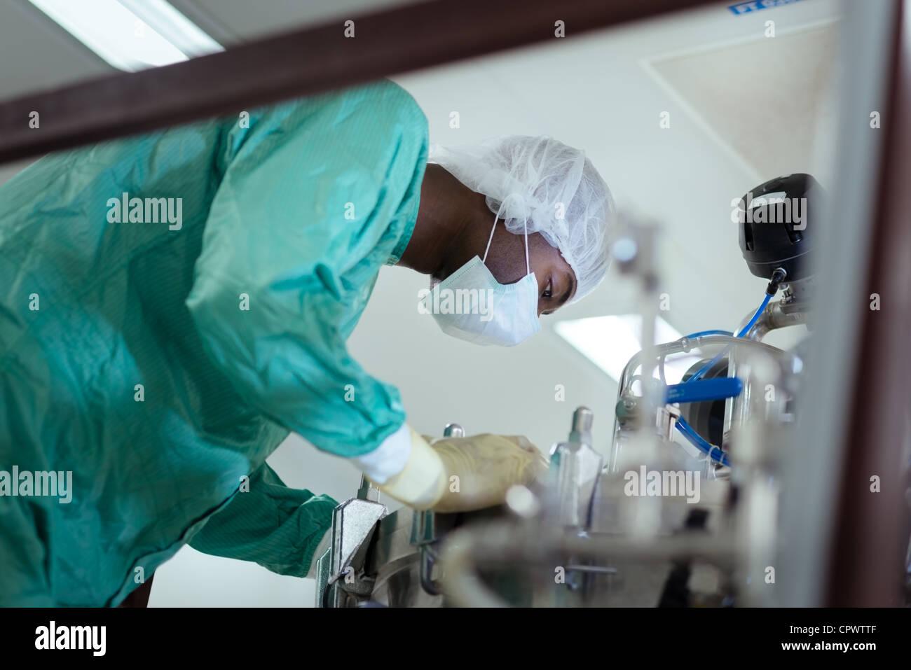 Technicien de laboratoire à travailler comme chercheur dans l'industrie de la biotechnologie, avec des Photo Stock