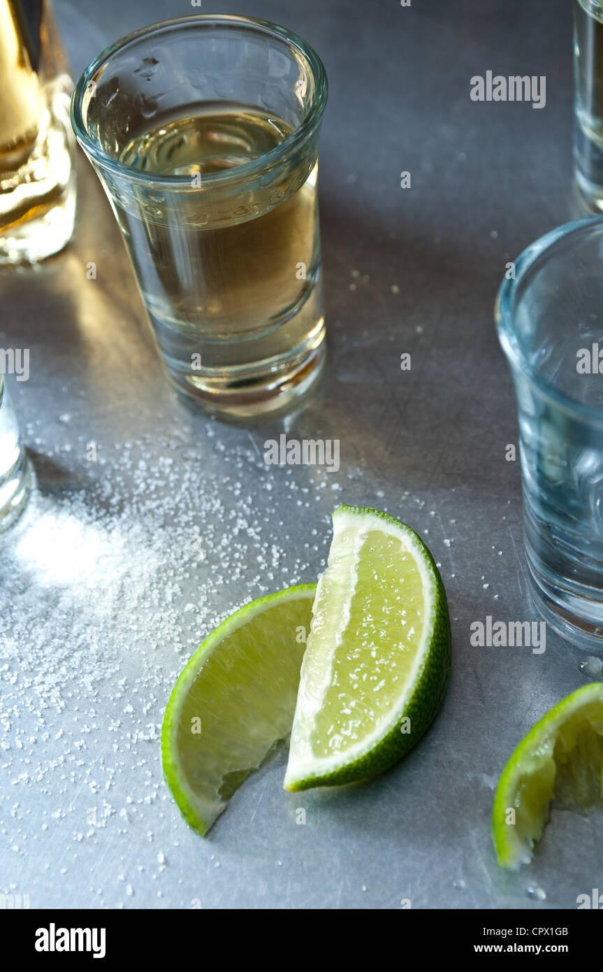 Tequila shots avec tranches de lime Photo Stock