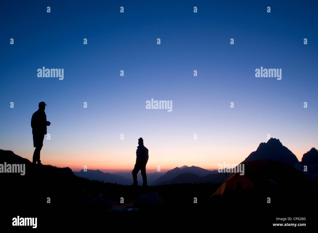 Male backpackers au camp dans la soirée, le lac Kool Aid, le lagopède, Traverse, North Cascades, Washington, Photo Stock