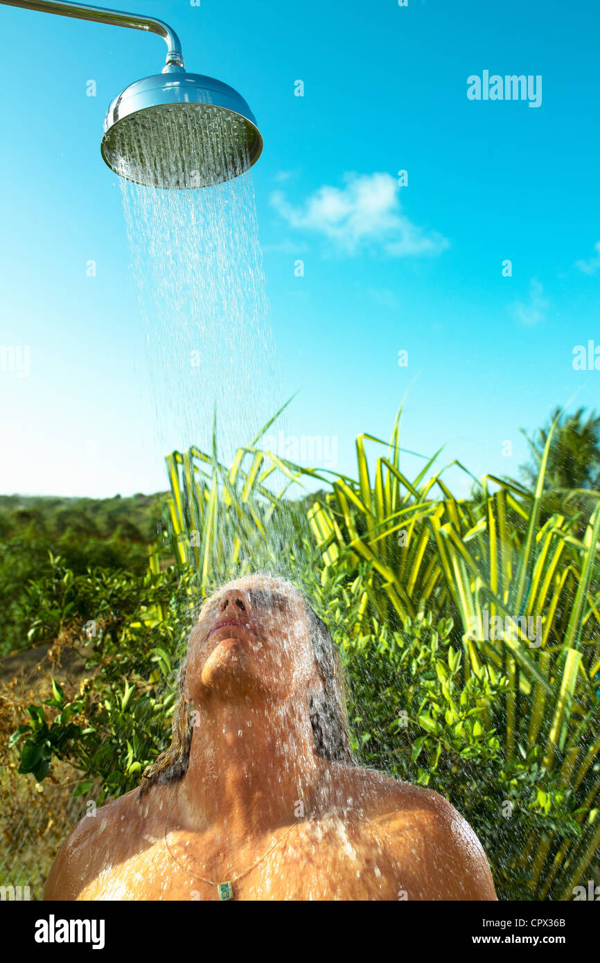 Bénéficiant d'une douche froide à l'extérieur de l'homme Photo Stock