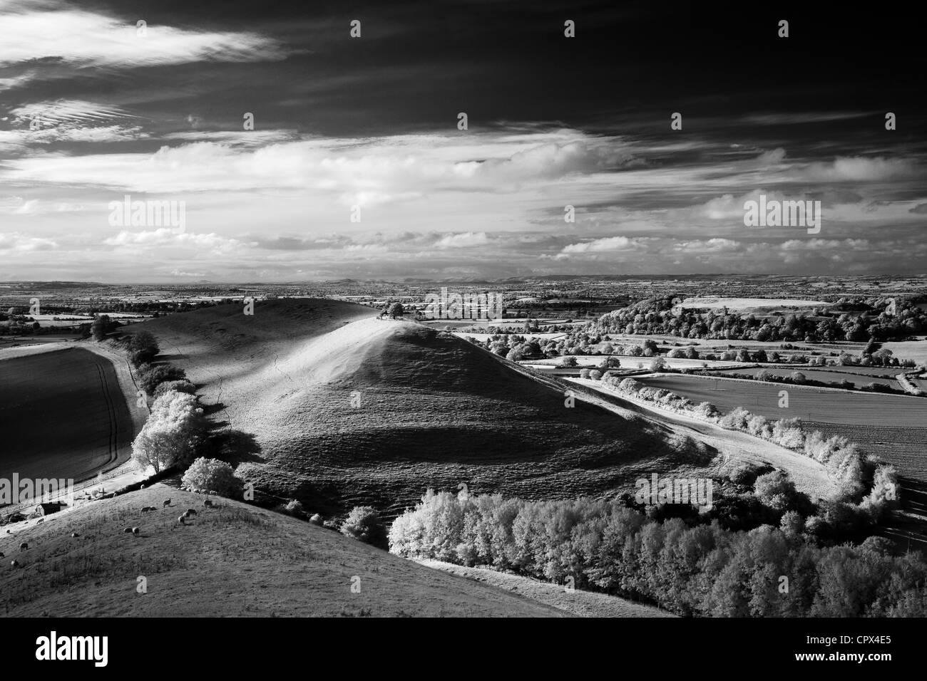 Hill & Parrock Cadbury Castle avec Tor de Glastonbury dans la distance, à partir de la colline de Corton, Photo Stock