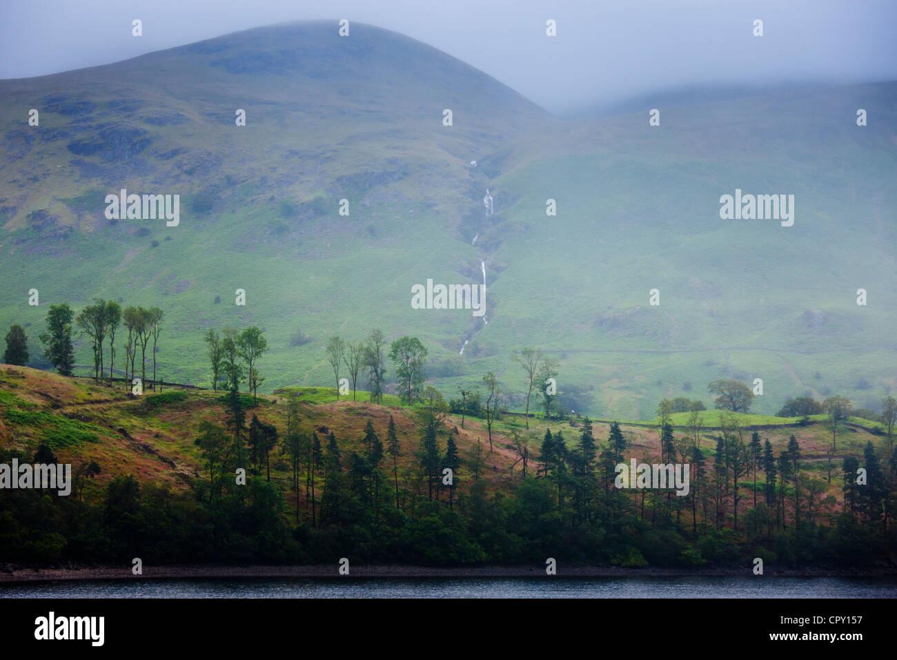 Ruisseau de montagne et lac Thirlmere réservoir dans le Parc National du Lake District, Cumbria, Royaume-Uni Banque D'Images