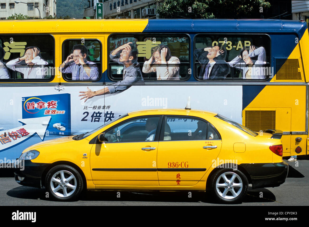 Taiwan, Taipei, taxi et bus inhabituelle au centre-ville Photo Stock