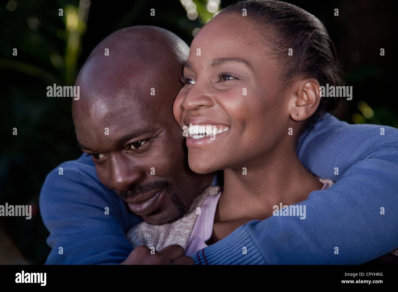 Un homme une femme, serrant avec amour Famille Illovo, Johannesburg, Afrique du Sud. Photo Stock