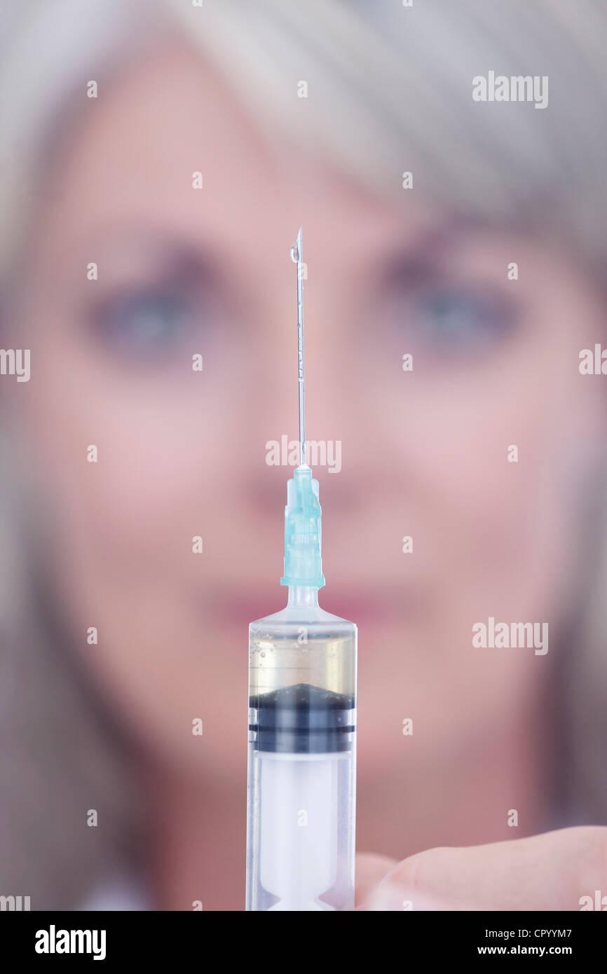 Expert scientifique en appuyant sur abandonner l'seringue Photo Stock
