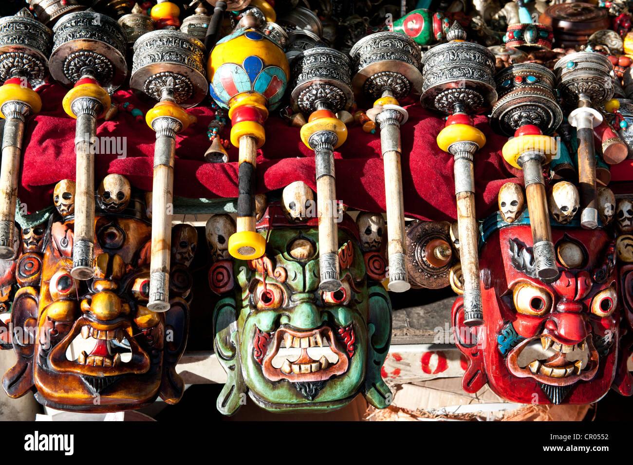 Le bouddhisme tibétain, les masques colorés, roues de prière tibétain, souvenirs, Lhassa, de Photo Stock