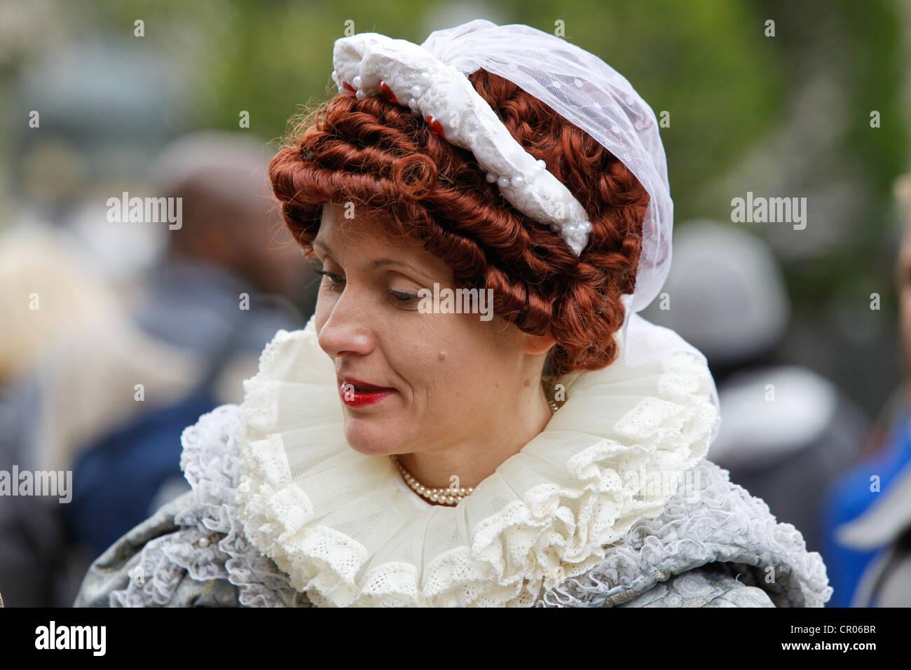 Artiste de rue ou une actrice habillée en Reine Elizabeth la première. Au cours des célébrations du Jubilé de diamant Banque D'Images
