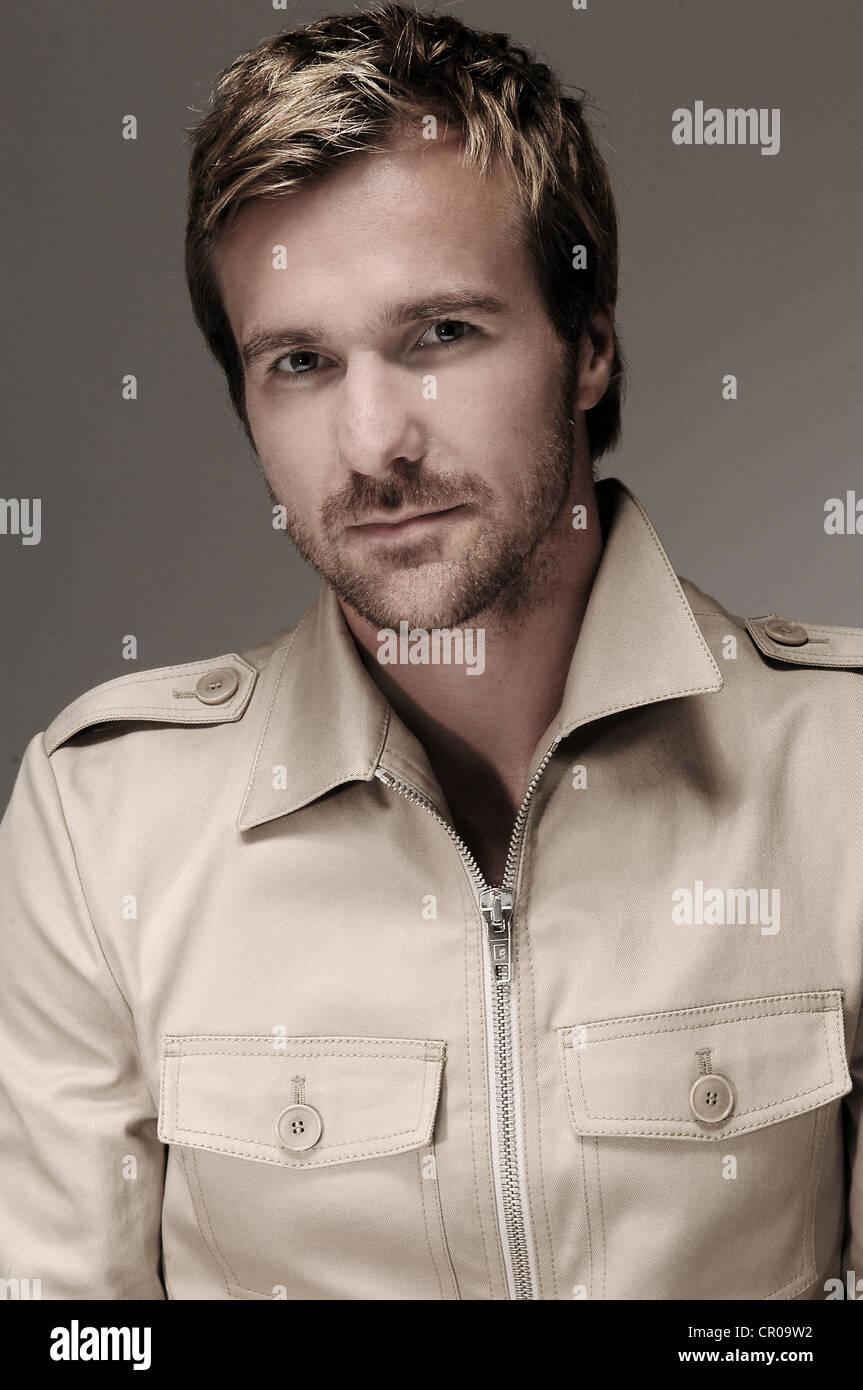 L'homme dans son milieu des années trente, chemise beige, portrait Photo Stock