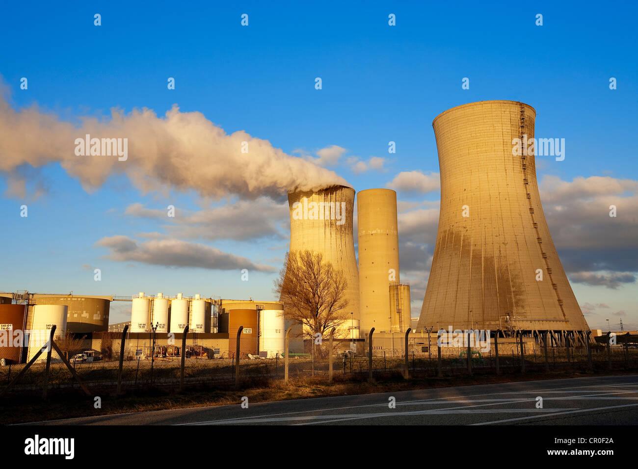 La France, Vaucluse, Bollene, cheminée sur le site industriel du Tricastin Photo Stock