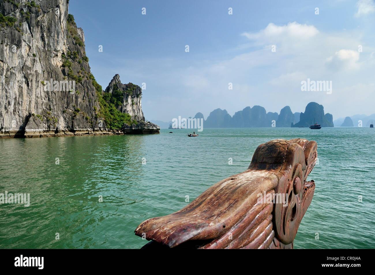 La sculpture sur bois, tête de dragon à la proue sur une jonque Halong Bay, à l'arrière Photo Stock