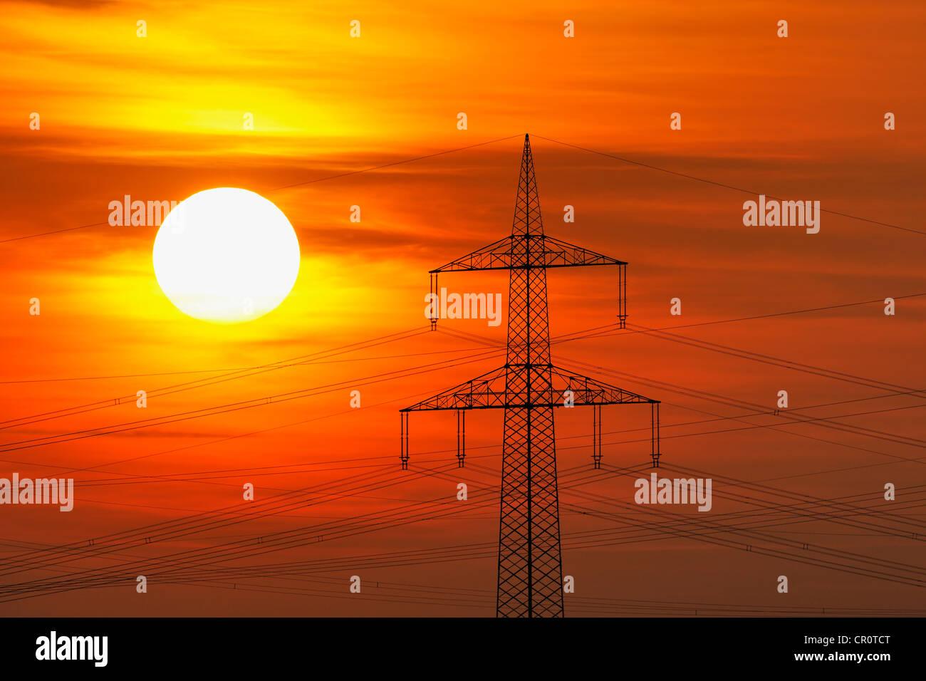 Les lignes de transport d'énergie électrique, l'électricité, pylône avec le soleil Photo Stock