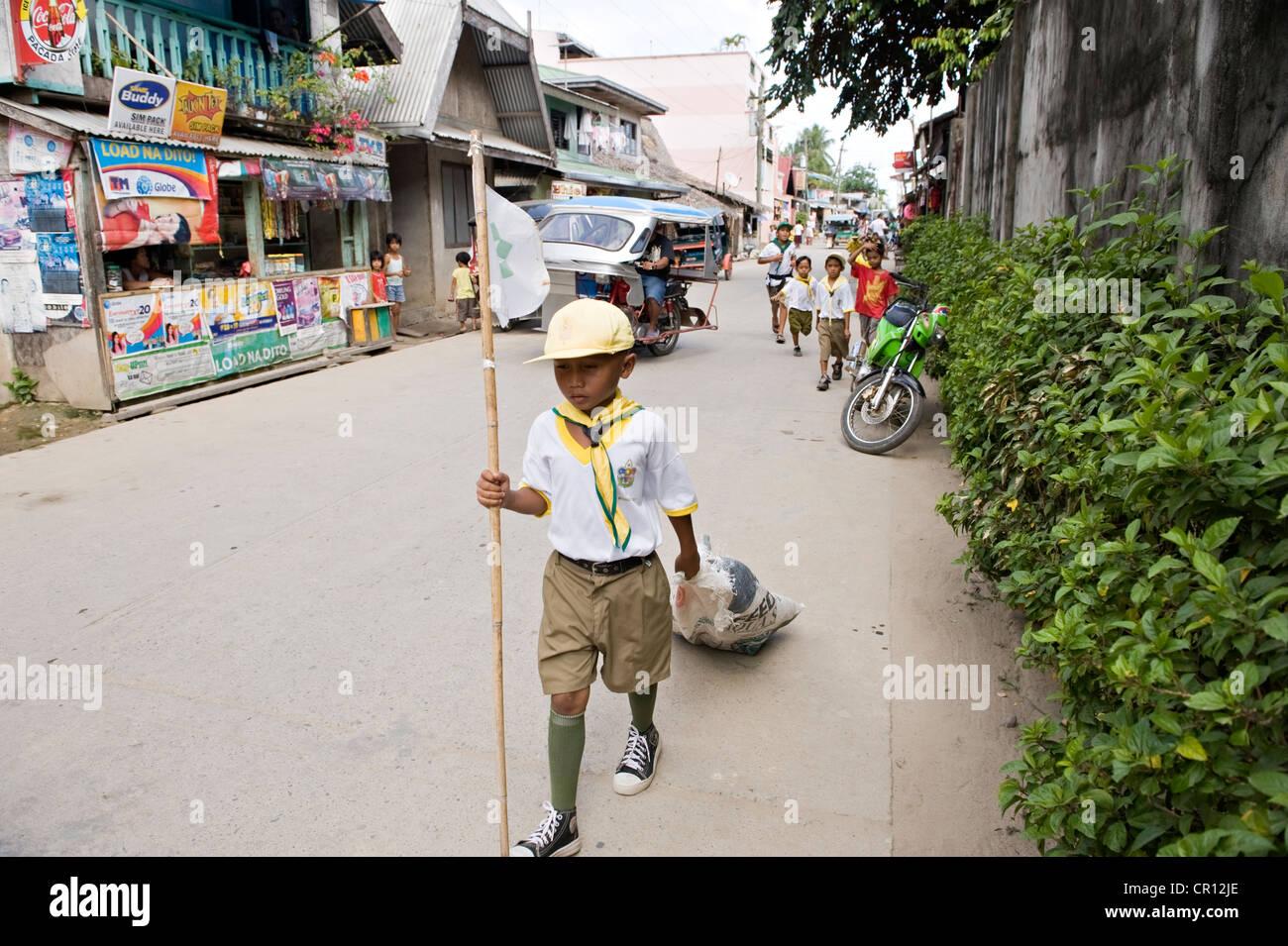 Aux Philippines, l'île de Palawan, El Nido, nettoyage de la ville d'écolier Photo Stock