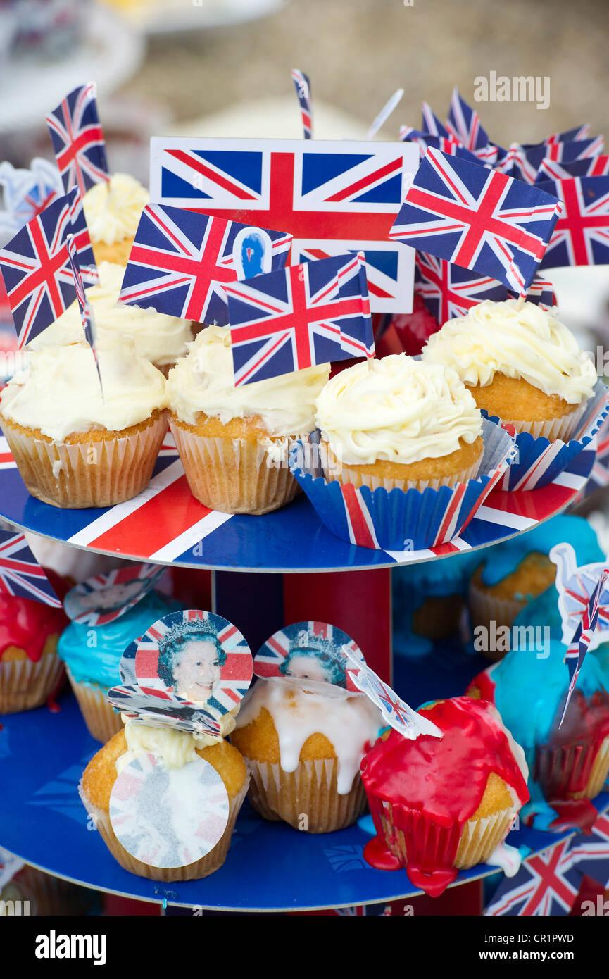 Gâteaux, Bunting, la peinture pour le visage et le champagne sont dégustés au une street party dans Photo Stock