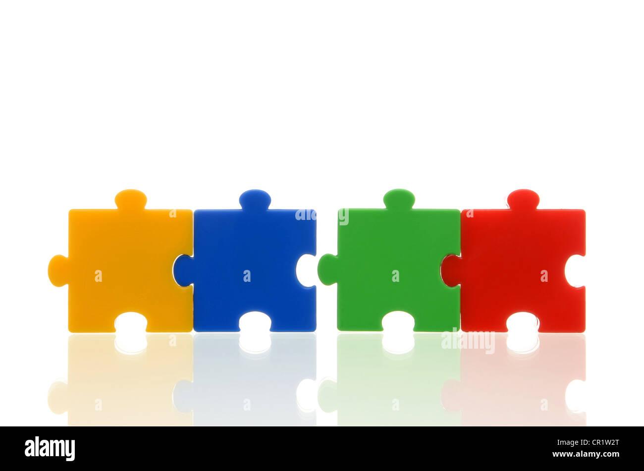 Pièces de puzzle de couleur différentes, deux paires de deux pièces du puzzle, l'image symbolique Photo Stock