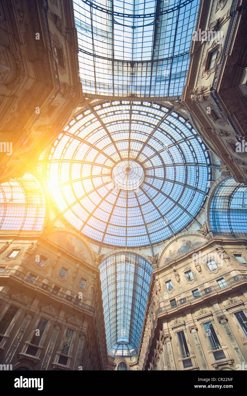 Soleil qui brille à travers le plafond en verre décoré Banque D'Images
