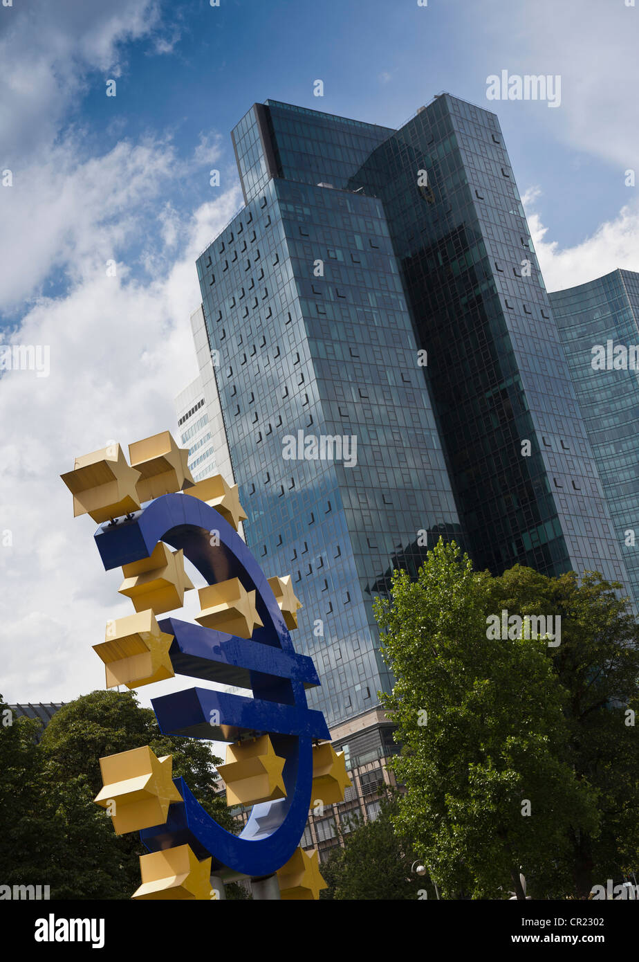 Sculpture de symbole de l'Euro en centre ville Photo Stock