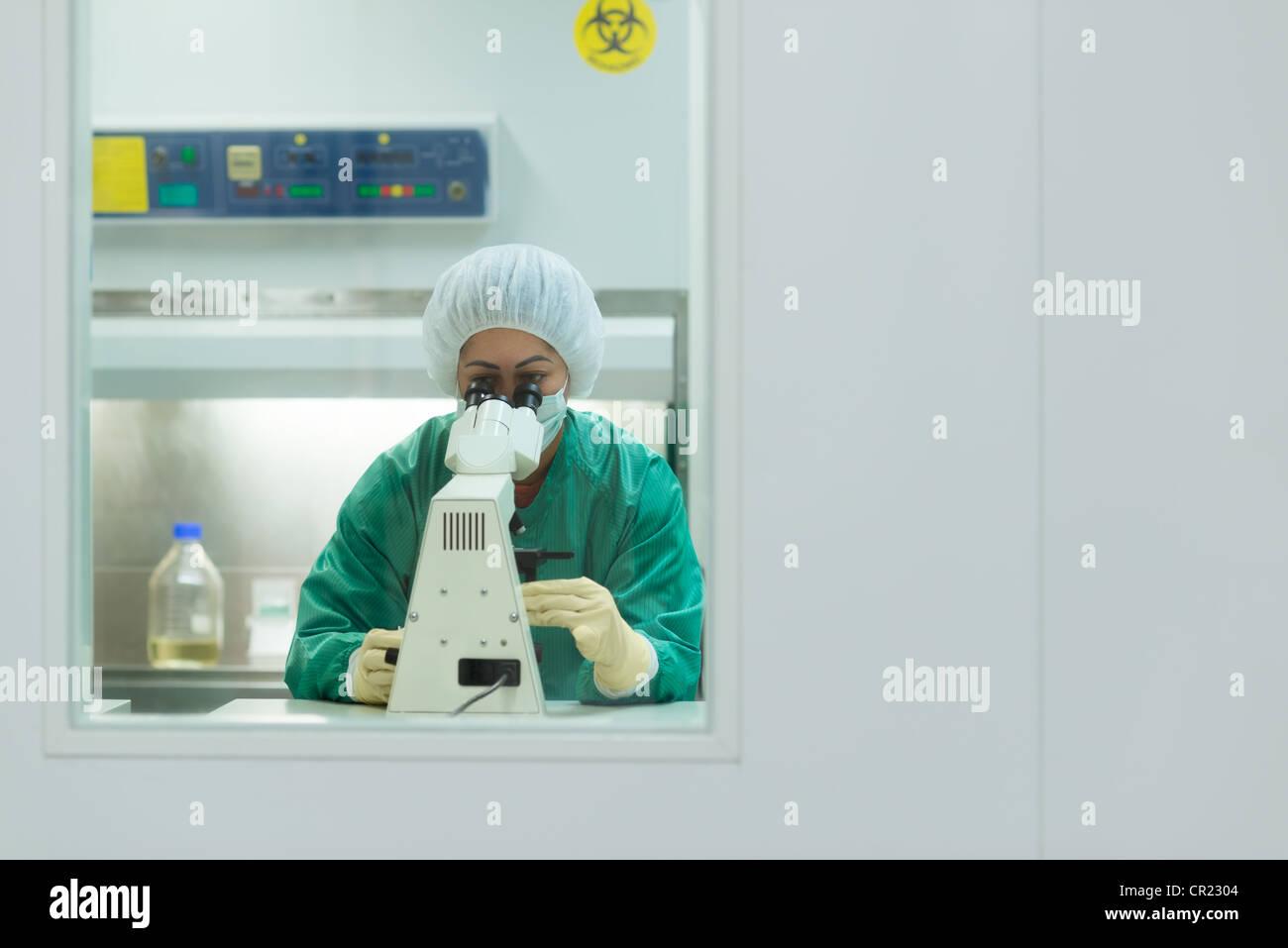 Chercheuse travaillant dans l'industrie pharmaceutique et de laboratoire à la recherche avec microscope. Photo Stock