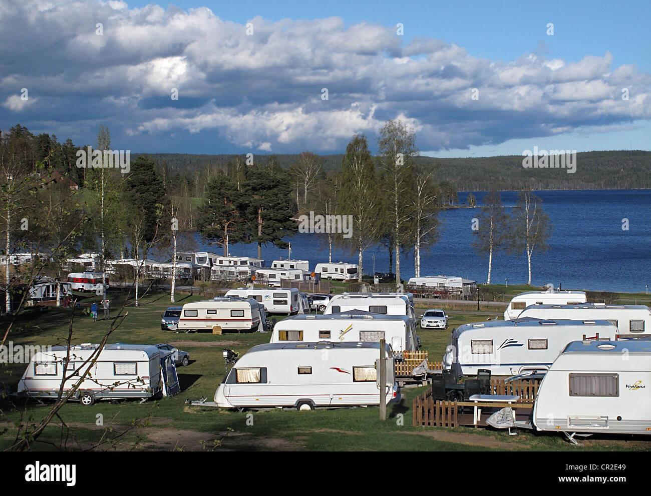 Dans les remorques de camping Ekeby par Västra Silen lake, Årjäng, Värmland, Suède Photo Stock