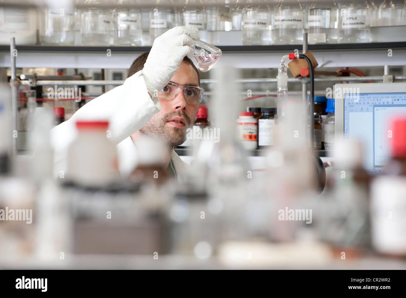 Technicien de laboratoire working in lab Photo Stock