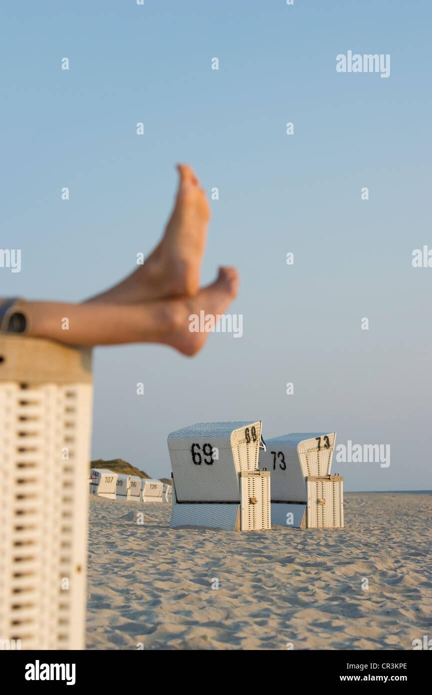 Chaises de plage et les pieds nus, Liste, Sylt, Schleswig-Holstein, Allemagne, Europe Photo Stock