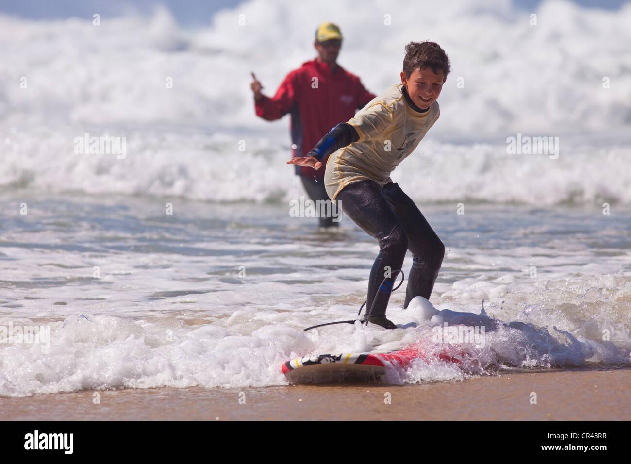 France, Aquitaine, Biscarrosse Plage, entraînement de surf dans l'océan Atlantique Photo Stock